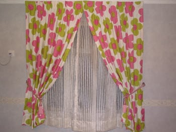 A curtain with sharp colors and gauze is easy to be cleaned and can adjust the sun-light easily.
