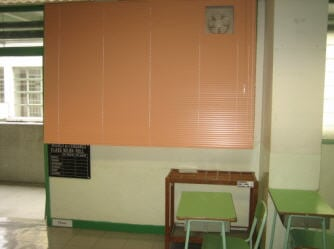 The venetian blind used in the classroom can help to adjust the sun-light and is easy to be stored.